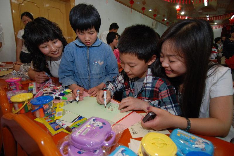 """儿童福利院义工_母亲节:福利院的孤儿享受""""义工妈妈""""的祝福 - 文明风"""