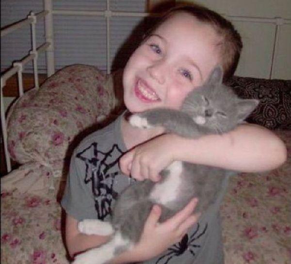 孩子与小动物在一起的温馨感人瞬间